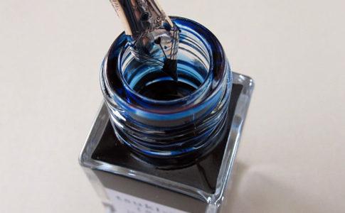 万年筆の洗浄と、新たに色彩雫「月夜」を飲ませました。