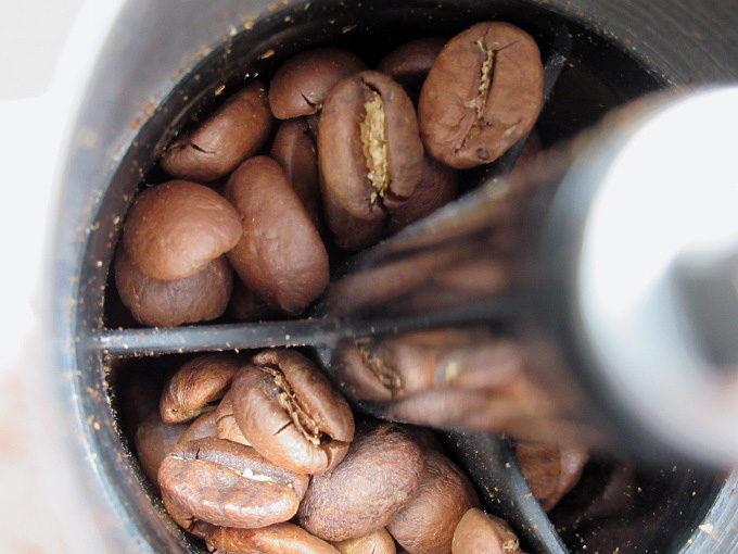 ポーレックスのコーヒーミルで豆の手挽きを愉しむ。